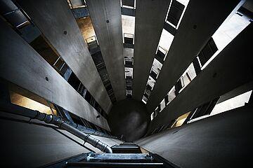 Blick nach unten vom Oberdeck des Parkhauses.