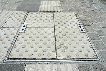Barrierefreiheit Haltestellen Noppen- und Rillenplatten